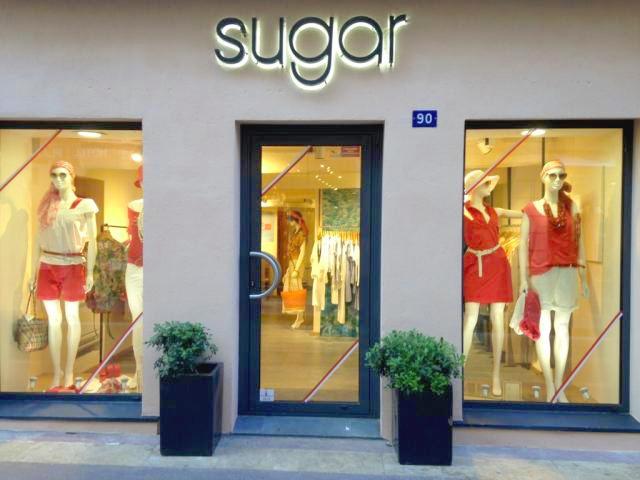 Le magasin pour femme Sugar à Saint-Tropez aux couleurs de la bravade